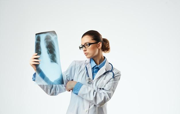 Vrouw arts op het werk met x-ray close-up bijgesneden weergave.