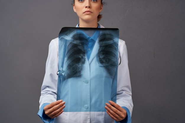 Vrouw arts radioloog diagnostiek xray onderzoek