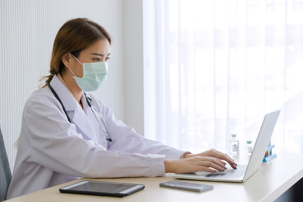 Vrouw artsenwerk met laptop