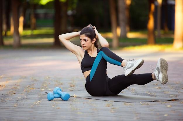 Vrouw atleet training in de stad straat