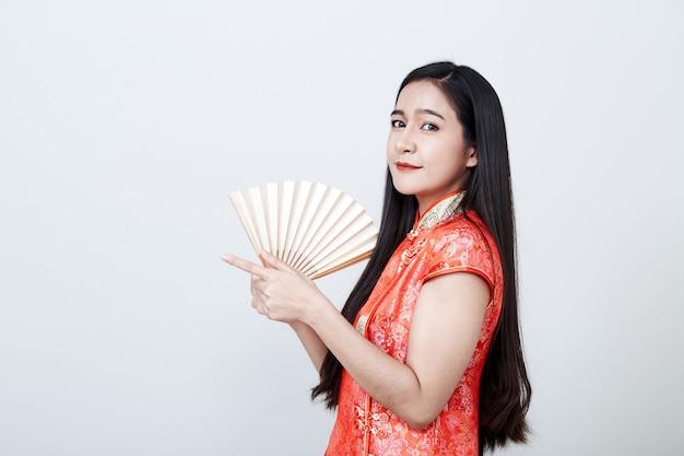 Vrouw aziaat die rode kleding in chinees nieuwjaar draagt