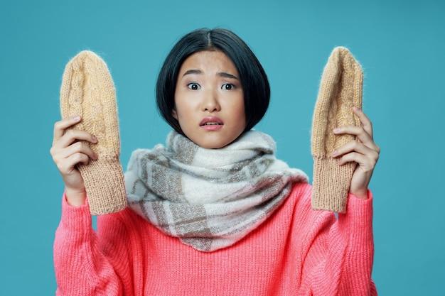 Vrouw aziatisch uiterlijk sjaal handschoenen winterkleding