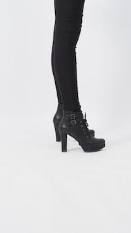Vrouw aziatische benen met zwarte broek en hiel staat is