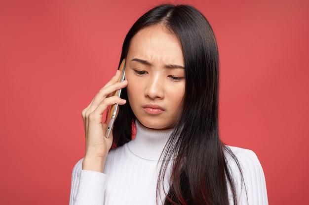 Vrouw aziatische uitstraling communiceren over de telefoon goed levensstijl technologie geïsoleerd