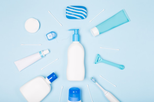 Vrouw bad gezicht lichaamsverzorging ochtend routine bovenaanzicht plat lag samenstelling met witte en blauwe items op lichtblauw bureau