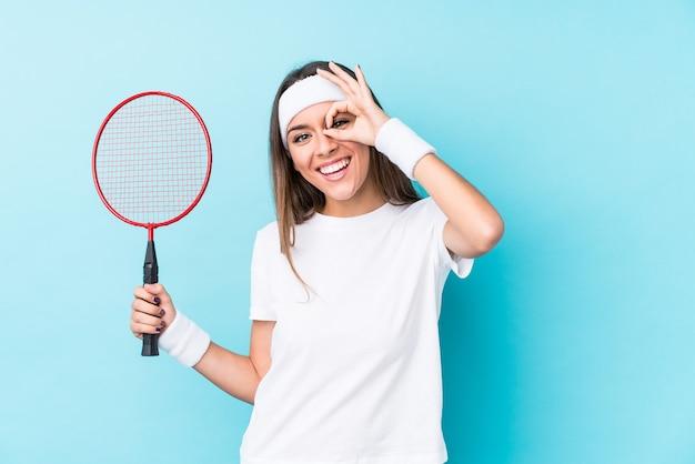 Vrouw badminton kleding dragen in de studio