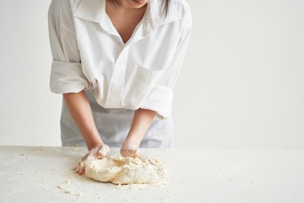 Vrouw bakker in chef-kok uniform koken voedsel keuken meel producten