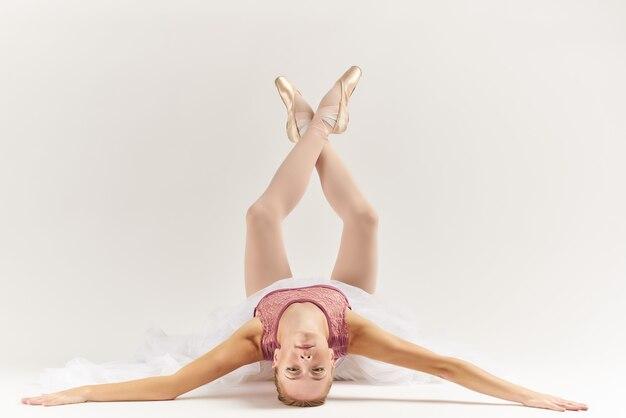 Vrouw ballerina dansvoorstelling oefening lichte achtergrond