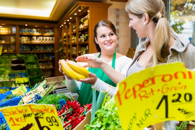 Vrouw banaan in fruit kruidenier winkel kopen