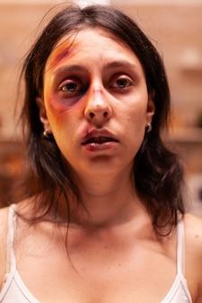 Vrouw bang op brute wijze geslagen door gewelddadige en agressieve echtgenoot