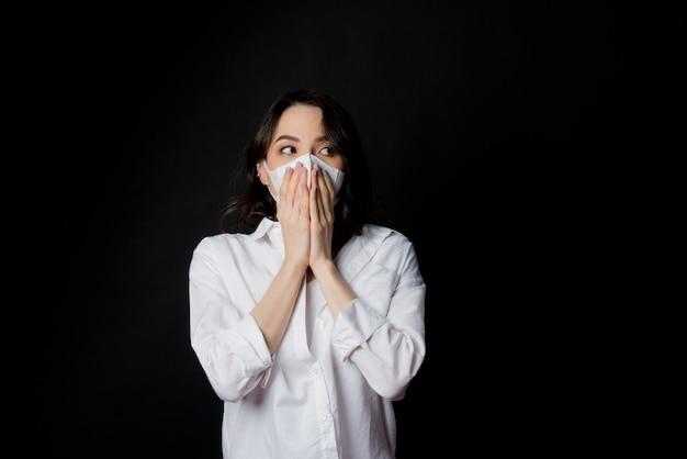 Vrouw bang voor verkoudheid, volwassene met stofmasker, stof 2,5 pm