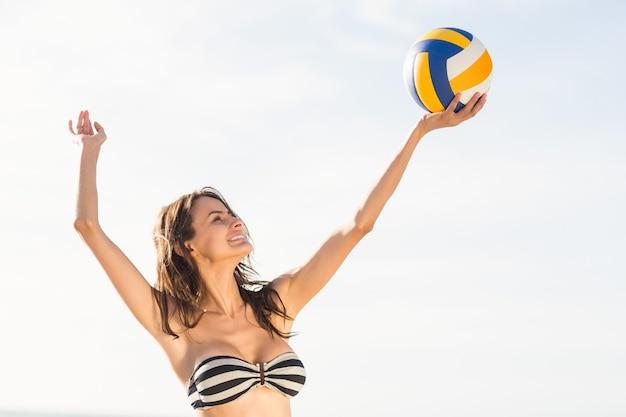 Vrouw beachvolleybal spelen