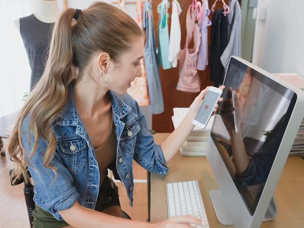Vrouw beantwoordt vragen van klanten via hun computer over online verkoop, meisje doet zaken in haar huis