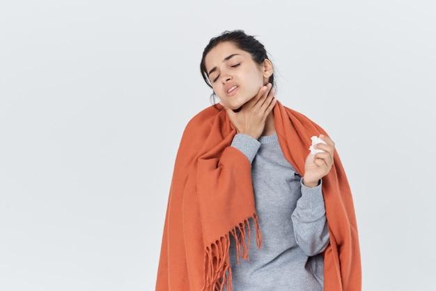 Vrouw bedekte zichzelf met een deken koude loopneus griep gezondheidsproblemen. hoge kwaliteit foto
