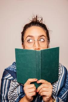 Vrouw bedrijf boek voor gezicht
