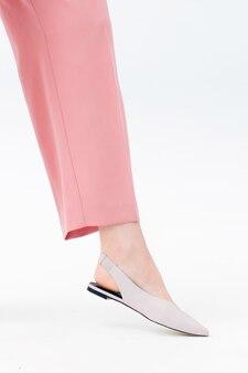 Vrouw been in roze broek en schoenen
