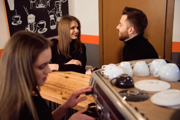 Vrouw begint haar dag op een nieuwe baan als barista. werken in een café.