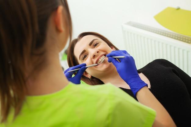 Vrouw behandelt tanden in tandheelkundige kliniek