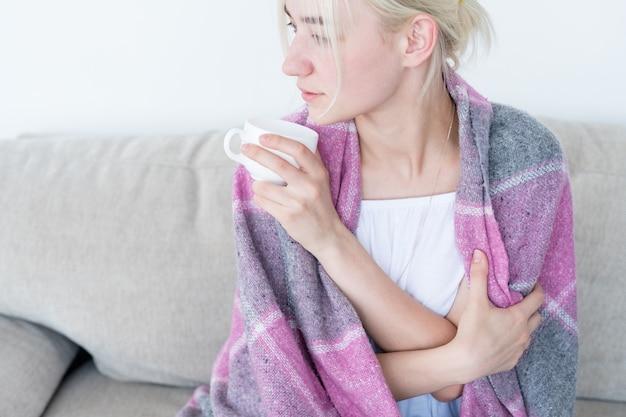 Vrouw beker bedekt deken ontspannen weekend naar huis