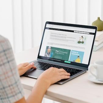 Vrouw bekijkt gratis ontwerpbronnen op een website