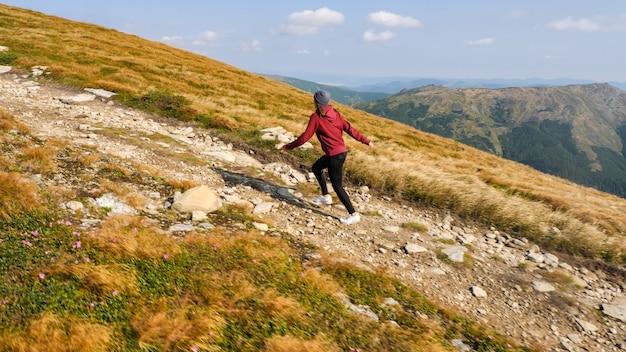 Vrouw beklimt een bergrug