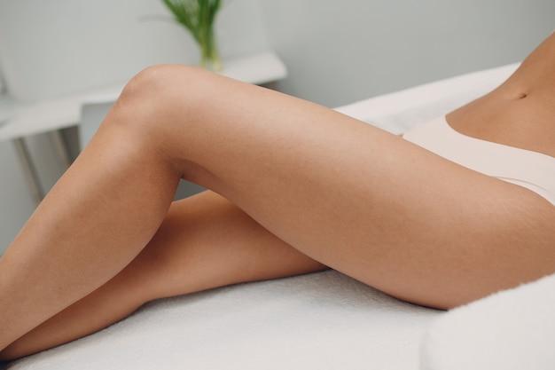 Vrouw benen. laser epileren en cosmetologie. haarverwijdering cosmetologie procedure. laser epileren en cosmetologie. cosmetologie en suikerhoudende spa concept.
