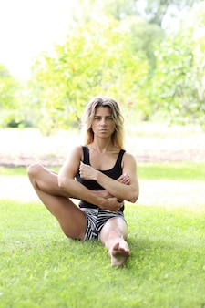 Vrouw beoefenen van yoga buitenshuis