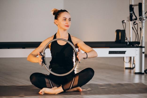 Vrouw beoefenen van yoga en pilates