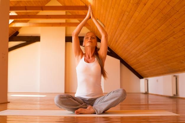 Vrouw beoefenen van yoga in een studio