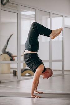 Vrouw beoefenen van yoga op een mat