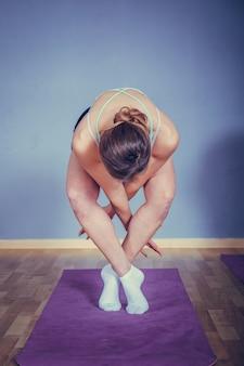 Vrouw beoefenen van yoga, palmen bij elkaar houden in namaste mudra, ontspannen en vredig.