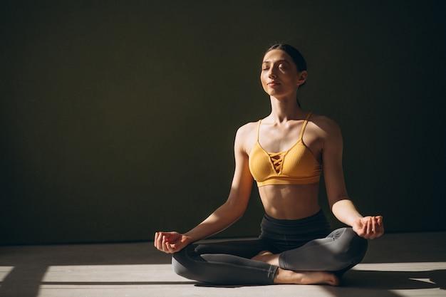 Vrouw beoefenen van yoga