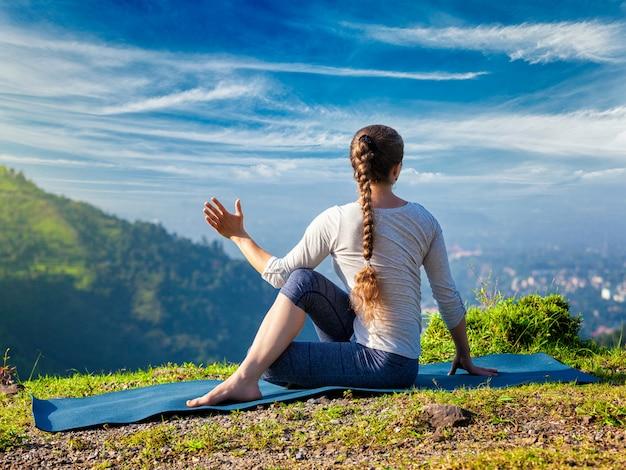 Vrouw beoefent yoga asana marichyasana