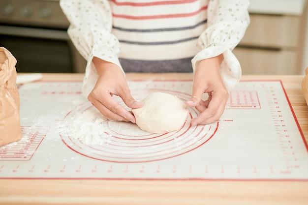 Vrouw bereidt een taart voor het bakken. foto heldere en gefilterde instagram-stijl.