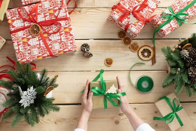 Vrouw bereidt kerstcadeaus
