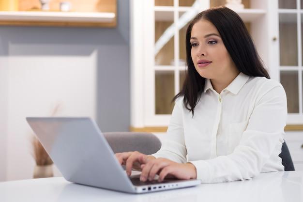 Vrouw bereidt zich voor om nieuwe dingen te kopen tijdens cyber maandag-evenement