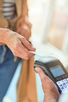 Vrouw betaalt met creditcard