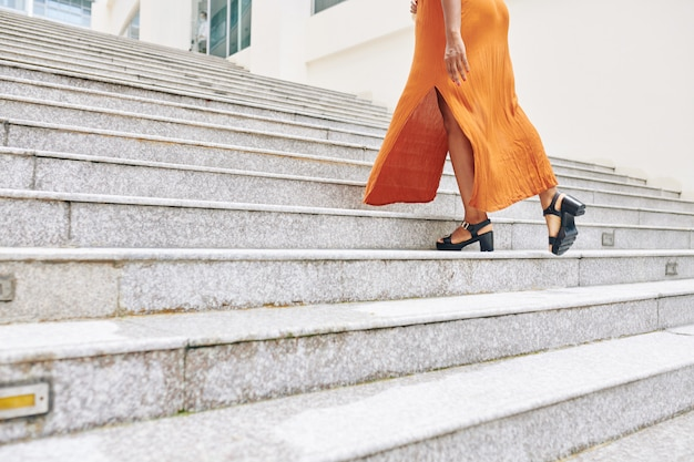 Vrouw beweegt de trap op