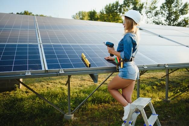 Vrouw bezig met buiten op zonne-energiecentrale