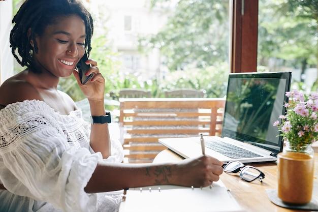 Vrouw bezig met haar werk