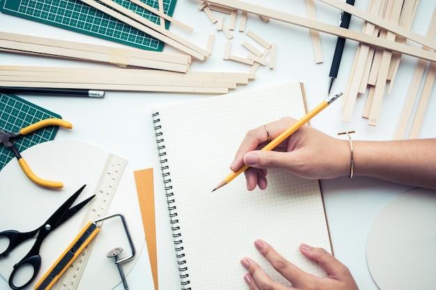 Vrouw bezig met werktafel met hout materiaal