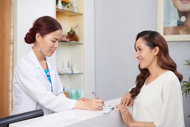 Vrouw bezoekende cosmetologie kliniek