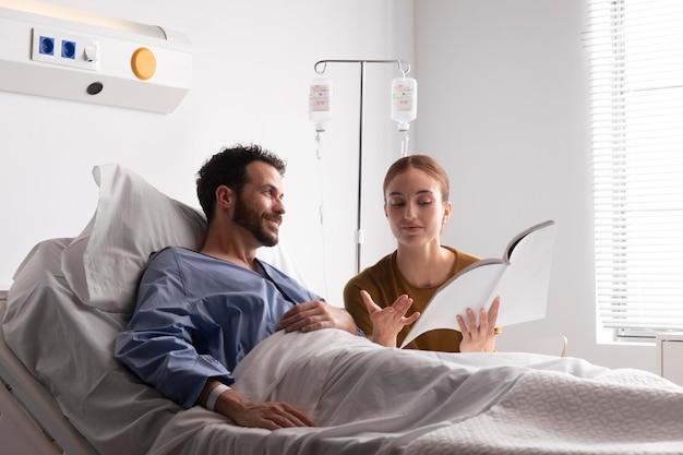 Vrouw bezoekt haar zieke echtgenoot