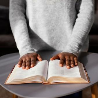 Vrouw bidt voor haar dierbaren