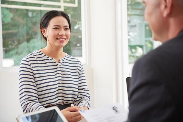 Vrouw bij bedrijfsgesprek