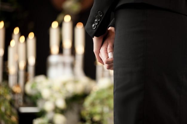 Vrouw bij begrafenis