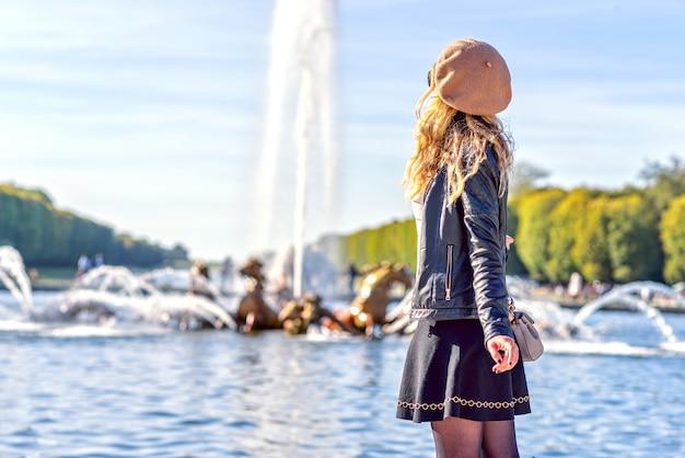 Vrouw bij de fonteinen van parijs, frankrijk