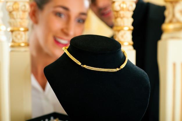 Vrouw bij de juwelier