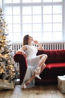 Vrouw bij de kerstboom