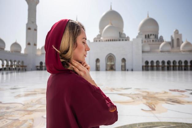 Vrouw bij de moskee van abu dhabi